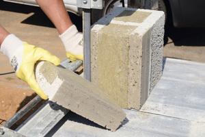 Schneiden, Schlitzen, Bohren: Leichtbeton-Mauersteine büßen weder beim Wärme-, noch beim Brand- oder Schallschutz ein