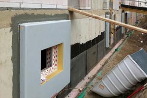 2 Fotos: Durch die fertige Oberfläche und die geraden Kanten des ACO Therm Block verringert sich nicht nur der Aufwand an Folgearbeiten (Wegfall der Putz- und Malerarbeiten). Auch die Qualität der Ausführung (Anarbeiten der Perimeterdämmung) wird deutlich erhöht