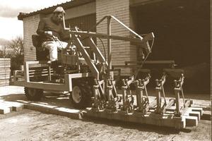 """Die erste Pflasterverlegemaschine mit der Bezeichnung T33 wurde noch in der PKW – Garage mit viel Pioniergeist und Durchhaltevermögen entworfen und konstruiert. Heute bietet Optimas neben der Maschine mit ihrem speziellen Pflastergreifer eine Reihe von Anbaugeräten wie ein Pflasterfugen-Füllgerät, ein Vakuumgerät für schwere Betonteile, einen Bordsteingreifer oder auch eine Kehrmaschine<span class=""""bildunterschrift_hervorgehoben"""">Fotos: Optimas</span><br />"""