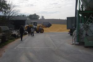 Neben den üblichen Verschmutzungen etwa durch Mineralöle muss die dezentrale Niederschlagswasserbehandlung rund um den Raiffeisenmarkt in Merdingen auch Pflanzenstoffe, Dünge-, Futter- und Pflanzenschutzmittel zuverlässig zurückhalten<br />