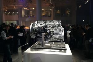 Die anwesenden Fachjournalisten wurden in Gruppen auch zu einem Präsentationsstand für den High-Tech-Motor OM 473 geführt