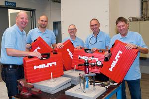 Die fünf Einbaumeister von Schöck sind mit Prüfkoffern ausgestattet, um Auszugsprüfungen durchzuführen.