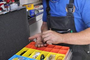 Kleinteile bringt Tony Loudon übersichtlich in den tragbaren Aluminiumkoffern mit Insetboxen unter