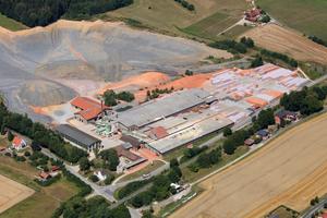 Aus der Luft gesehen: Das Ziegelwerk Schönlind in der Oberpfalz gehört seit 2014 zu den Ziegelwerken Leipfinger Bader. Seitdem hat sich der Standort positiv entwickelt und seine Produktivität gesteigert.<br />