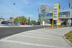Nachher: Die neu asphaltierte Straße und der Gehweg heben sich bewusst optisch voneinander ab