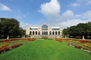 links: Seit 150 Jahren gilt das Hauptgebäude der Flora Köln als Prachtbau im Botanischen Garten. Nach einer Generalsanierung entspricht das Bauwerk wieder seiner ursprünglichen Form.unten: Nach dem Entwurf von K+H Architekten, Stuttgart, wurde das Gründerzeit-Gebäude wieder instandgesetzt.