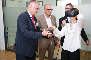 Die Besucher nutzten die Gelegenheit neueste Technik auszuprobieren, wie hier eine VR-Brille, mit der ein digitales Gebäudemodell begangen werden kann.