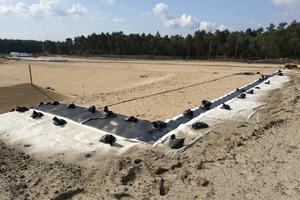 KDB: An der Deponie Aschen wurde ein Oberflächenabdichtungssystem (KDB) realisiert, das Boden und Grundwasser auf Dauer vor Emissionen schützt. Im westlichen Bereich der Deponie verläuft der Entwässerungsgraben zwischen Wertstoffhof und Deponie (im Bild links)<br />