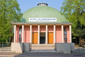 v.l.n.r.: Das Zeiss-Planetarium Jena nach Fertigstellung der Sanierungsarbeiten an der historischen Kuppel.Die in Teer getränkte ursprüngliche Korkdämmung und die Holzringe wiesen starke Beschädigungen auf.Die Dämmung des Neuaufbaus aus Schaumglas wurde direkt auf die Betonschale aufgeklebt.