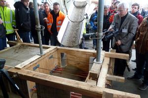 """Hier fließ der Dyckerhoff Flüssigboden """"live"""" in den vorbereiteten Demonstrator"""
