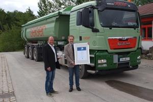 """Ende Mai 2014 wurde das Gütesiegel """"Sicherheit mit System"""" durch die Berufsgenossenschaft Rohstoffe und chemische Industrie an die Geiger Logistik überreicht: (von links) Andreas Weber (Leiter Fuhrpark/Technik bei Geiger) und Ulrich Matz (BG RCI)<br /><br />"""