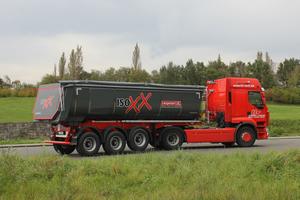 Prädestiniert für den Transport von Asphalt: Die Stahl-Halbschalen von Langendorf aus der ISOXX-Baureihe.