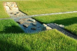 """Sickermulde für Dachwasser entlang der neu gebauten Produktionshalle<span class=""""bildunterschrift_hervorgehoben"""">Foto: König</span><br />"""