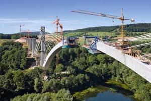 """Die insgesamt 798 m lange Talbrücke spannt sich mit ihrem 270 m weiten Bogen in 65 m Höhe über den Froschgrundsee <span class=""""4.7 Fotonachweis"""">Foto: Doka</span><br />"""