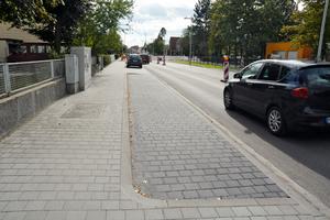 Gehwege und Parkstreifen wurden mit dem gleichen Pflasterformat belegt - allerdings in verschiedenen Farbtönen.