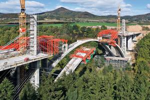 """Beim Bau der Oparno‑Brücke wurden die beiden parallelen Bögen mit Segmentgewichten von etwa 195&nbsp;t, Segmentlängen von bis zu 6,35 m und einer Bogenspannweite von 104&nbsp;m betoniert<br /><span class=""""bildunterschrift_hervorgehoben"""">Fotos: Peri</span>"""