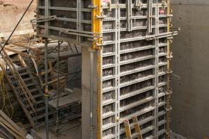 Innerhalb der integrierten Gurtungen der Noetop Großflächen-Schaltafeln können die Spannstellen frei gewählt werden