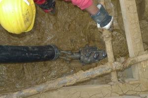 Beginn des Rohreinzugs; in dem Leerrohr wird später das Kabel eingezogen<br />