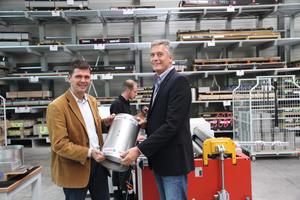 """In der neu erstellten Produktionshalle bedankt sich Mark Biesalski (links) bei Firmeninhaber Thomas Uhrig für das <span class=""""bildunterschrift_hervorgehoben"""">Vertrauen und die neue Aufgabe</span>. Im Hintergrund Produktionsleiter Christian Bechler<br /><br />"""