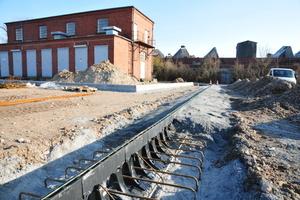 Auf einem Betonbett gelagert werden die leichtgewichtigen, 2 m langen Einzelelemente ineinander gesteckt und anschließend mit zwei Gewindebolzen untereinander verbunden<br />
