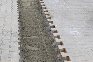 Für die zuverlässige Ableitung von Niederschlagswasser sollten Schwerlast-Entwässerungsrinnen des Typs Ferro Magna in ein Streifenfundament eingesetzt werden.