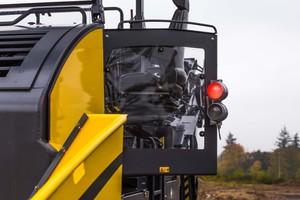 Der Fahrersitz des BMF 2500 ist um 90 Grad ausschwenkbar. Das erlaubt dem Maschinenführer eine optimale Sicht auf den anliefernden LKW genauso wie auf den zu beschickenden Asphaltfertiger.