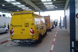 Die Fahrzeuge der D&amp;S-Rohrsanierung erhielten in der Schleuse der Fraport einen Sicherungscheck. Bis 23:00 Uhr musste auf die Freigabe des Außenbereiches gewartet werden, erst dann konnten die Fahrzeuge zur Baustelle an der Startbahn West fahren<br /><br />