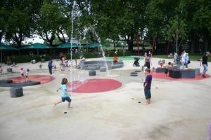 """Jeder Stein ein Unikat. Auf dem Wasserspielplatz durften Koblenzer Kinder die Tritt- und Sitzsteine selbst gestalten<span class=""""bildunterschrift_hervorgehoben"""">Fotos: tis</span><br />"""