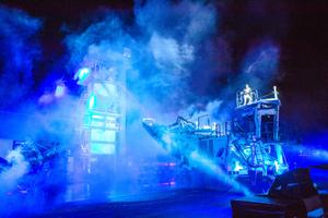 Eindrucksvolle Maschinenpräsentationen bei Nacht.