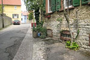 Vorher: Wirklich in einem sehr sanierungsbedürftigen Zustand präsentierten sich einige Sträßchen vor der Sanierung im Ortskern von Dalsheim.