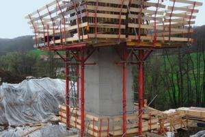 2Das Fundament wird mit der Mammut-Großflächenschalung geschalt. Am Pfeiler ist das Klettersystem KLK 230 mit der Nachlaufbühne befestigt