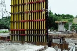 3Für die Pfeiler mit Höhen zwischen 8,20 m und 6,50 m wurden 85 m² Schalmaterial aus dem Programm der Noe Trägerschalung, jeweils auf die notwendige Höhe verkürzt, viermal eingesetzt