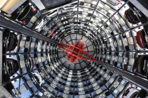 v.l.n.r.: Auch optisch ein Genuss: Das Skyline Parksystem in ZürichWährend der Sockelbau in Stahlbeton hergestellt wurde, bestehen die Stockwerke des Parkturms aus Stahl.Gut sichtbares Erkennungszeichen: Der AZW Autotower