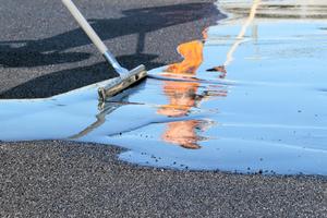 Beim HANV-System wird ein hohlraumreiches Asphalttraggerüst direkt auf die Brückentafel aus Beton aufgetragen und mit EP-Reaktionsharz geflutet