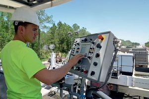 Die neue Maschinensteuerung erkennt automatisch die jeweilige Maschinenkonfiguration und stellt jeweils die optimalen Maschinenparameter ein. Zudem ermöglicht sie durch eine Standardschnittstelle die Anbindung an ein kundeneigenes Fleet Management System