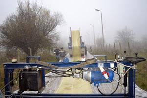 ganz oben: Nordipipe wird mit dem speziellen Nordipox D Epoxid-Harzsystem durch eine mobile Imprägniermaschine nahe der Baustelle imprägniertInversieren des Kalibrierschlauches mit Hilfe einer Drucktrommel bei geringem Druck und einer Geschwindigkeit von 3-5 m/min