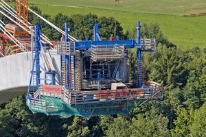 Die um 40 cm teleskopierbare Innenschalung ist eine Rahmenkonstruktion aus Trägerschalung Top 50 und SL-1-Systemträgern mit hoch belastbaren Spindelstreben<br /><br />