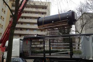 Mit Hilfe eines Krans wurde der 1,75 Tonnen schwere Schacht zum Einbauort transportiert<br /><br />