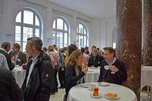 Willkommene Diskussionsplattform: Auch die Pausen nutzen die Teilnehmer zum angeregten Erfahrungsaustausch