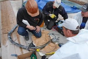 Guter Service auf der Baustelle: Hans-Georg Loos (li.) tauscht gemeisnam mit den Arbeitern eine Komponente an der Mischpistole aus<br />