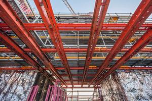 Das Variokit-Fachwerk überbrückte das nichttragende Flachdach und machte die darüber angeordneten Anlagenteile mit wirtschaftlichen Mitteln zugänglich. <br />