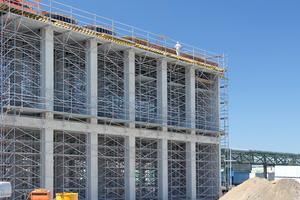 Während der Rohbauarbeiten des neuen Silos sind sowohl zum Betonieren der Unterzüge als auch für die oberste Decke Traggerüste als Schalungsunterstützung erforderlich.