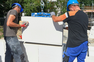 Großformatige Unika-Kalksandstein-Planelemente bieten rationelle Verarbeitung sowie hohen Schall- und Brandschutz.