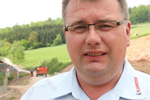 """<div class=""""kastenueberschrift"""">Stephan Plannerer, Geschäftsführer der Plannerer GmbH &amp; Co. KG aus Pullenreuth:</div><div class=""""quotes"""">""""Die Präzision, mit der unsere Jungs in zum Teil gewaltiger Höhe arbeiteten, verdient höchste Anerkennung.""""</div>"""
