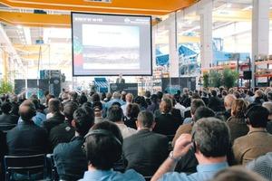 Interessiert verfolgten die Zuhörer die Fachvorträge der Kleemann-Spezialisten Markus Balkenhol, Thomas Mössner und Otto Blessing mitten in der Werkshalle<br />