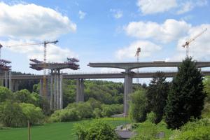 Wenige Meter östlich der alten Lahntalbrücke entsteht bei Limburg bis Ende 2016 ein neuer Flussübergang im Zuge der Autobahn A3.