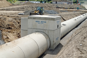 Das 200 Meter lange Rohrsystem mit einem Durchmesser von 2,00 m bildet den Stauraumkanal im neuen Logistikzentrum des Abfallzweckverbandes Rhein-Mosel-Eifel. Dieser kann bis zu 600 Kubikmeter Regenwasser aufnehmen.