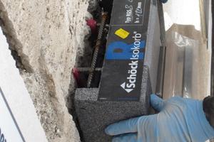 """Einbau des """"Schöck Isokorb RQS"""": Ausgestattet mit einer 80 Millimeter dicken Dämmschicht, senkt der Isokorb den Energieverlust über Wärmebrücken auf 0,25 W/(m²K)"""