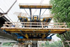 Maximale Arbeitssicherheit mit den CE-zertifizierten Freivorbauwägen. Das Baustellenteam ist in jeder Arbeitsphase durch rundum geschlossene Arbeitsbühnen auf allen Ebenen gesichert<br />