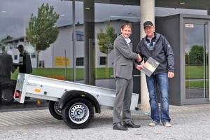 """Foto: Übergabe Humbaur Anhänger """"Steely"""" (von links) Robert Langlotz, Geschäftsleiter Vertrieb & Marketing Humbaur GmbH und Olaf Walter"""